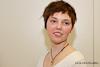 Portrait einer jungen hübschen Frau mit frischem Kurzhaarschnitt.
